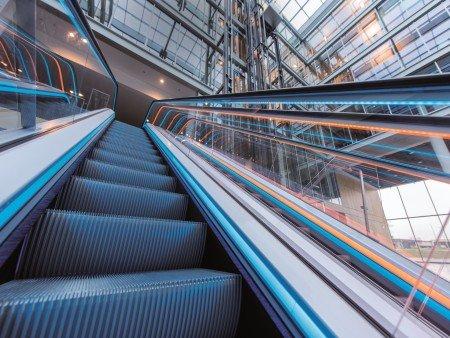 Escalera mecánica velino. Iluminación estética: zócalo o balaustrada