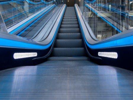 Escalera mecánica velino. Iluminación de seguridad: entre los peldaños o en las placas de peines