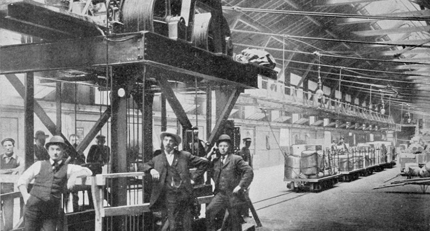 A black and white photo of an early traction elevator at the Chicago Subway shot in 1905.
